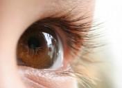 Što učiniti kad vašoj bebi uporno suzi oko?